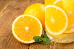 Detox woda z pomarańczowymi plasterkami w szklanym słoju Zdjęcia Royalty Free