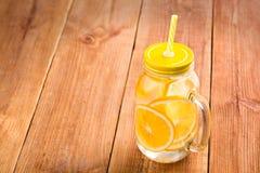 Detox woda z pomarańczowymi plasterkami w szklanym słoju Obraz Royalty Free