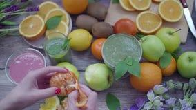 Detox y Smoothie y muchas frutas en un fondo de madera metrajes