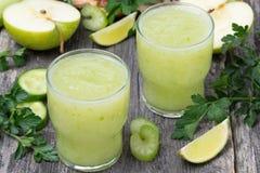Detoxcoctail av äpplet, selleri och limefrukt Royaltyfri Fotografi
