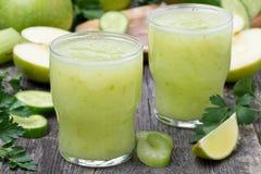 Detoxcoctail av det gröna äpplet, selleri och limefrukt royaltyfria bilder