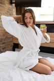 Detoxdieet Gezond Vrouwen Drinkwater met Citroen in Ochtend royalty-vrije stock afbeelding
