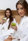 Detoxdieet Gezond Vrouwen Drinkwater in Ochtend voeding stock fotografie