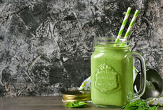 Detoxdrank - Groene smoothie met spinazie, appel en yoghurt op a Stock Foto