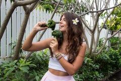 Detoxen bantar Härlig ung flicka med broccoli Arkivbilder
