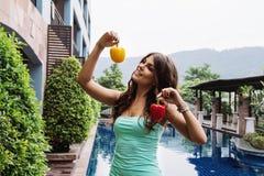 Detoxen bantar: lycklig härlig flicka med söta spanska peppar Fotografering för Bildbyråer