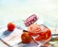 Detoxen bantar vatten av den nya tomaten i kruset på pastellfärgad färg för tyg Royaltyfri Fotografi