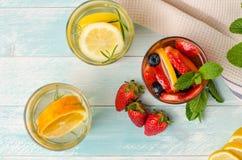 Detoxfrucht goss gewürztes Wasser hinein stockfoto
