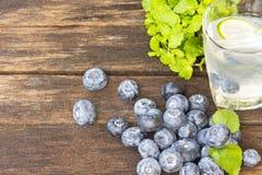 Detoxification питья, голубика и вода лимонада Плодоовощ и здоровье конец вверх стоковая фотография
