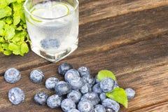 Detoxification питья, голубика и вода лимонада Плодоовощ и здоровье конец вверх стоковые изображения rf
