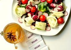 Detoxification pojęcie z weganin sałatką i ziołową herbatą zdjęcia stock