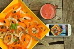 Detoxlebensmittel mit Veggie, rohem Salat und Social Media Lizenzfreie Stockfotos
