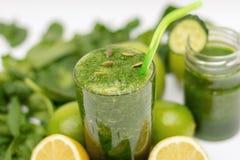 Detoxprogram som rentvår kroppen av toxin med gröna coctailar som göras från spenat, citronen, mintkaramellen och limefrukt royaltyfri fotografi