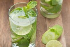 Detoxvatten, limefrukt med gurkor och mintkaramell royaltyfria bilder
