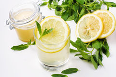 Detoxvatten med honung, citronen och mintkaramellen Royaltyfria Bilder