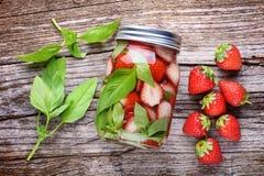 Detoxvatten med jordgubbar fotografering för bildbyråer