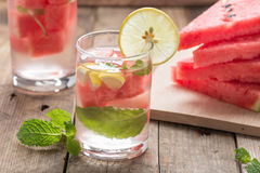 Detoxvatten Ny vattenmelon med citronen och mintkaramellen royaltyfri bild