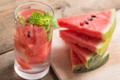 Detoxvatten, ny vattenmelon och mintkaramell i exponeringsglas royaltyfri bild