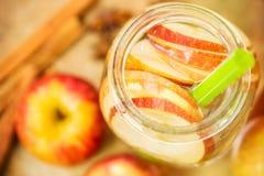 Detoxwasser mit Äpfeln Herbstzusammensetzung mit Blättern und appl Stockbild