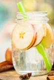 Detoxwasser mit Äpfeln Herbstzusammensetzung mit Blättern und appl Stockfotos