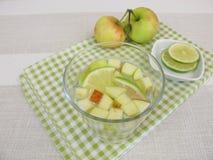 Detoxwasser mit Apfel und Zitrone Stockfotos