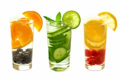 Detoxwasser mit Frucht in den Gläsern lokalisiert auf Weiß Stockfotografie