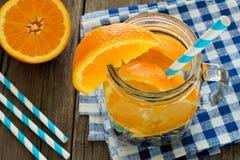 Detoxwasser mit Orangen und Blaubeeren über Ansicht in Glas Stockbilder