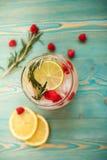 Detoxwater met framboos, kalk, citroen en rozemarijn Stock Foto