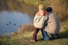 Detrás de abuelo con mirada del nieto en patos Imágenes de archivo libres de regalías