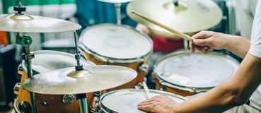 Detrás de escena Músico del artista del batería que juega los tambores con dru fotografía de archivo libre de regalías