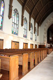 Detrás de filas de los bancos de la iglesia Imagenes de archivo