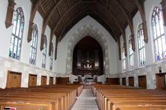 Detrás de filas de los bancos de la iglesia Imagen de archivo