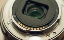 Detrás de la bayoneta de la lente de la foto con los contactos de oro foto de archivo