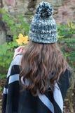 Detrás de la cabeza de una mujer que lleva un sombrero del pom del pom Fotos de archivo libres de regalías