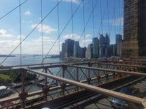Detrás de la cerca en el puente de Brooklyn imagenes de archivo
