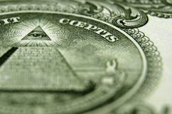 Detrás de la cuenta de dólar americano, centrado en el ojo sobre la pirámide fotos de archivo libres de regalías