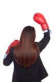 Detrás de la empresaria asiática joven con el guante de boxeo Imagenes de archivo