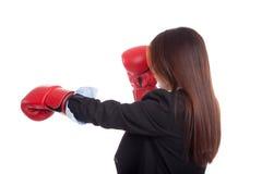 Detrás de la empresaria asiática joven con el guante de boxeo Imagen de archivo libre de regalías