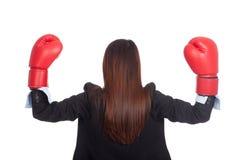 Detrás de la empresaria asiática joven con el guante de boxeo Fotografía de archivo