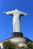 Detrás de la estatua de Cristo en Rio de Janeiro imagen de archivo