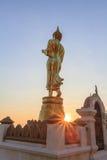 Detrás de la estatua de oro de Buda en tiempo de la salida del sol Imagen de archivo libre de regalías