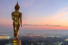 Detrás de la estatua de oro de Buda en tiempo de la salida del sol Imágenes de archivo libres de regalías