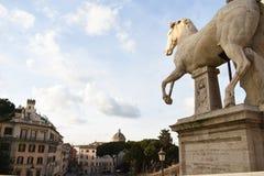 Detrás de la estatua del caballo foto de archivo