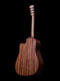 Detrás de la guitarra acústica en fondo negro fotografía de archivo