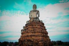 Detrás de la imagen de Buda en Wat ChaiWatthanaram fotos de archivo