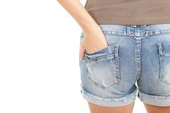 Detrás de la muchacha en cortocircuitos de los pantalones vaqueros Imagenes de archivo