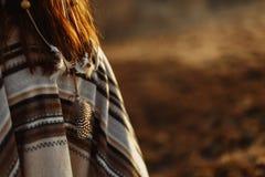 Detrás de la mujer americana india nativa que camina en montañas en víspera Imagen de archivo