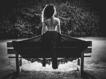 Detrás de la mujer desnuda con la falda en el monocromo de la noche Foto de archivo libre de regalías