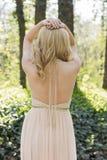 Detrás de la mujer rubia en la presentación del vestido de noche Fotos de archivo libres de regalías