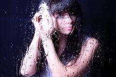 Detrás de la ventana lluviosa. Imágenes de archivo libres de regalías